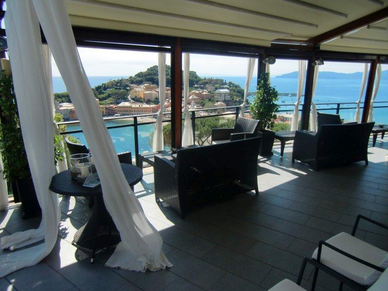 """HOTEL VIS À VIS BAR PONTE ZEUS Ponte Zeus descrive la quintessenza dello """"sky bar"""" con emozioni generate dallo spettacolare scenario"""