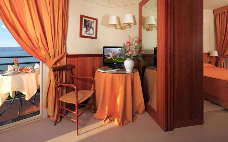 HOTEL VIS À VIS JUNIOR SUITE le Juonior Suite si caratterizzano per toni solari ed avvolgenti con vista sulla Baia del Silenzio