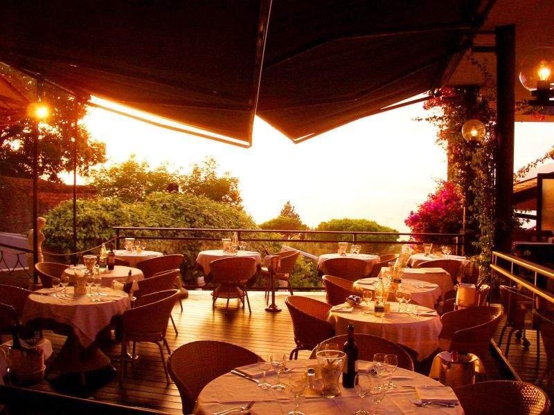 HOTEL VIS À VIS  PONTE GIUNONE il ristorante estivo Ponte Giunone si trova nel parco dell'hotel