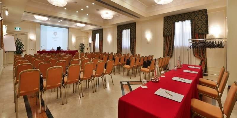 GRAND HOTEL ADRIATICO FIRENZE Il centro congressi dispone di 8 sale con luce naturale ideale per rispondere ad ogni esigenza dell'azienda.