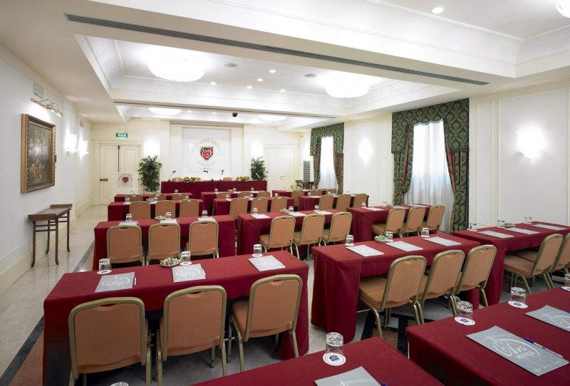GRAND HOTEL ADRIATICO sala Firenze con allestimento banchi scuola