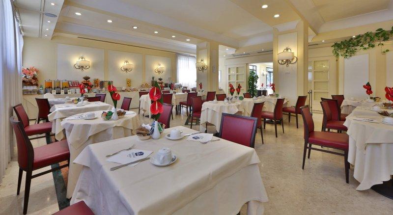 GRAND HOTEL ADRIATICO Prima colazione a buffet con servizio in area relax: Veranda, Maso e Giardino.