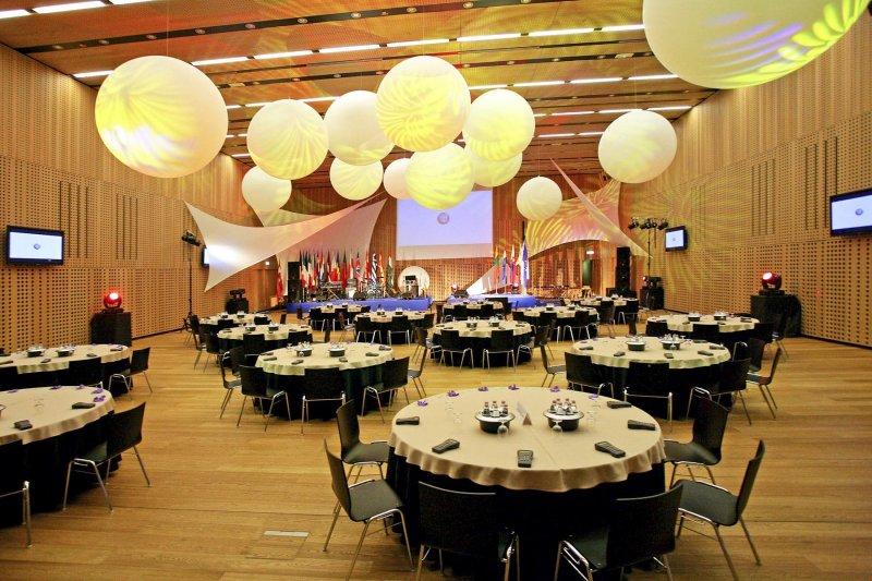 Foyer Area Traduzione : Meeting e congressi nel moderno centro brdo