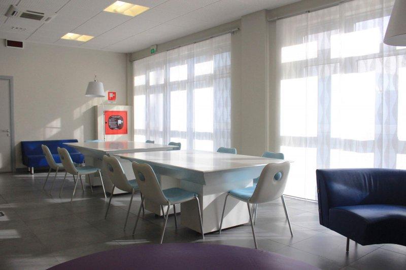 ALL DIGITAL SPACE - COWORKING Postazioni attrezzate per gruppi di lavoro, coworking e presentazioni multimediali. Tavolo e schermo multi-touch, reception h24 e vari tablets.