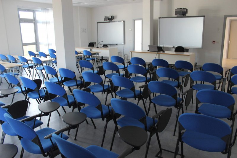 NET ROOM Sala polifunzionale adatta a vari eventi. Sono presenti 2 scrivanie, 2 lavagne Lim, tavoli e sedie. Possibilità di cambiare disposizione.