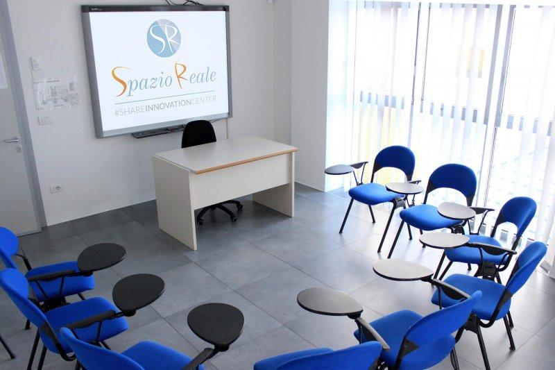 TAG ROOM Sala perfetta per la formazione e riunioni. E' presente una lavagna Lim, cattedra e sedie. possibilità di noleggiare tablet e lavagne a fogli mobili.