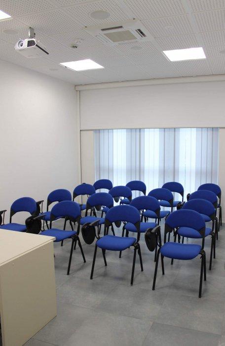 TWEET ROOM Aula adatta a formazione e riunioni di vario genere. E' a disposizione un proiettore, scrivania, pannello oscurante, guardaroba e wifi.