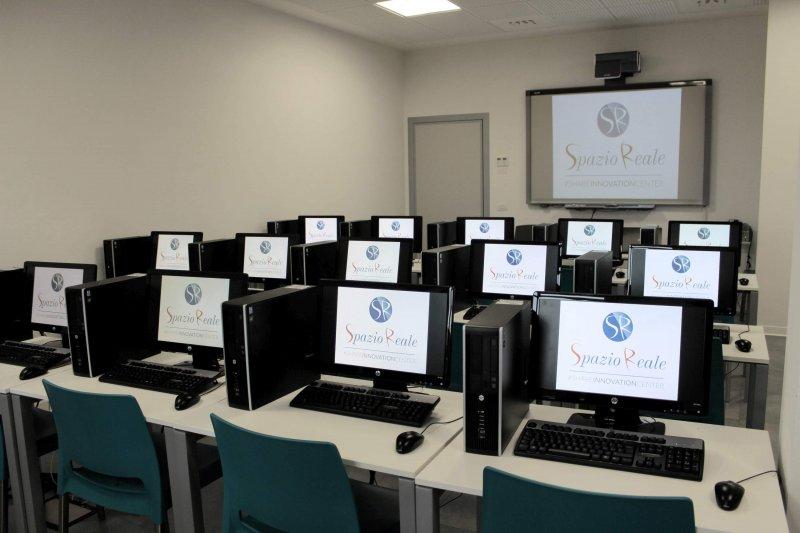 WEB ROOM L'aula informatica dispone di venti postazioni fisse con PC di ultima generazione, connessione LAN, una lavagna LIM. Possibilità noleggio tablet.