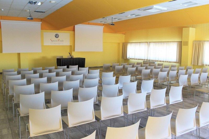 COFFEE HALL Sala spaziosa e luminosa perfetta per convegni, cene private e riunioni. Collegata con il ristorante/bar della struttura.