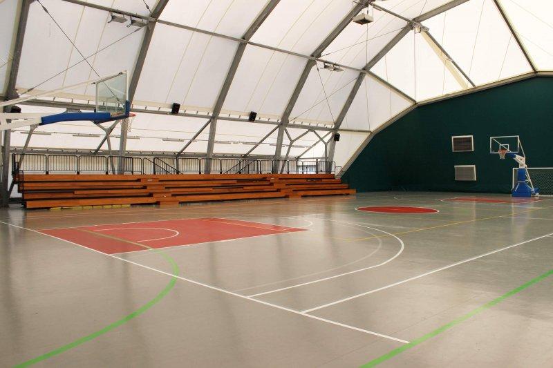 CAMPO ATTREZZATO Campo coperto impianto di riscaldamento/condizionamento per tutte le stagioni. Tribuna per il pubblico. Eccellente per saggi sportivi di ogni genere.