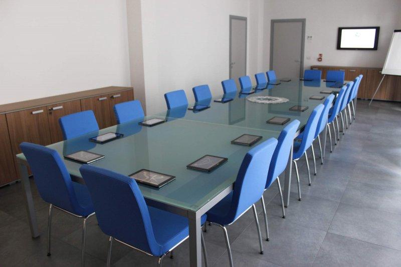 SALA RIUNIONI - COWORKING E'  presente un tavolo in vetro, 20 poltrone, lavagna a fogli mobili, tablet e schermo LCD per rendere il più confortevole possibile la tua riunione.