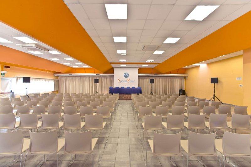 TEA HALL Ampia e luminosa, perfetta per accogliere convegni, riunioni ed eventi privati. Adatta per effettuare prove di danza grazie alla parete a specchi.