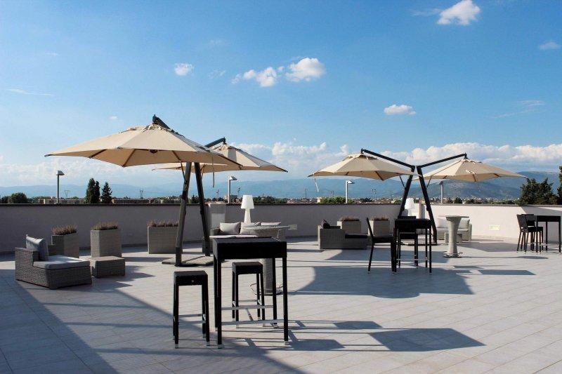 CLOUD SPACE Location outdoor, posta sul terrazzo, che si adatta a molteplici esigenze. Ideale per feste private, happy hour, eventi aziendali e molto altro.
