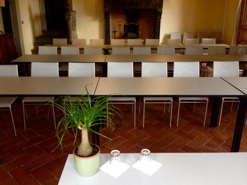 VILLA LA TORROSSA Sala Meeting platea con banco