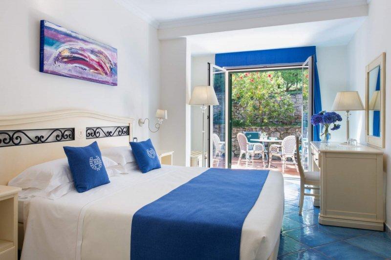 HOTEL HERMITAGE ISOLA D'ELBA la terrazza privata con tavolo e sedie per concedersi un  momento di relax