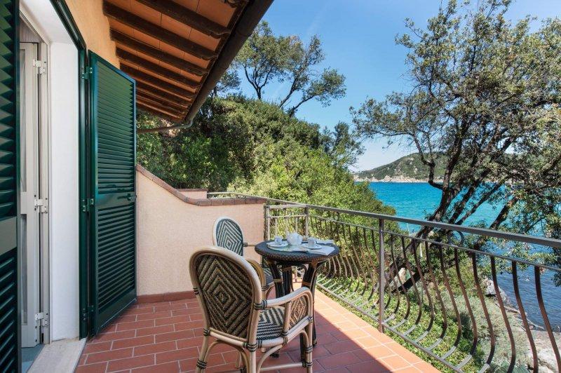 HOTEL HERMITAGE ISOLA D'ELBA la terrazza privata delle camere vista mare